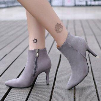 นิ้วชี้เท้าของผู้หญิงสวมรองเท้าลอนดอนแหลมสีเทา
